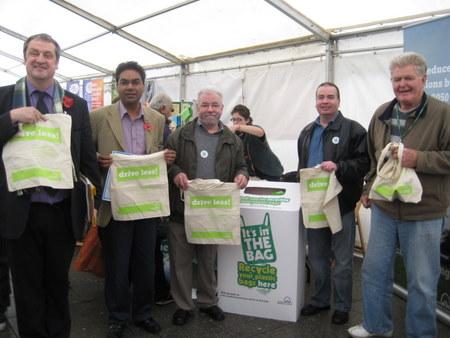 Cllr Patrick Smith, Farid Ahmed (parliamentary candidate for Walthamstow) Cllr Bob Belam, Cllr James O'Rourke and Cllr Bob Wheatley joined residents at the launch in exchanging their plastic bags for linen bags.